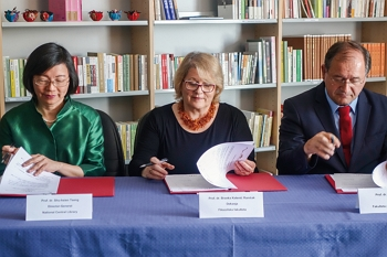 In 2017, NCL director Tseng Shu-hsien, Rado Bohinc (right), dean of the Academy of Social Sciences at the University of Ljubljana, and Branka Kalenić Ramšak (middle), dean of the School of Humanities, sign the cooperation agreement to establish a Taiwan Resource Center for Chinese Studies in Slovenia. (courtesy of NCL)