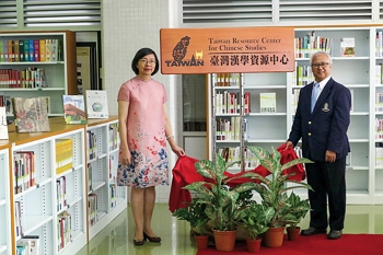 Opening ceremony: NCL director general Tseng Shu-hsien and Professor Amorn Petsom, director of the Office of Academic Resources at Thailand's Chulalongkorn University, celebrate the 2018 signing of the agreement establishing a Taiwan Resource Center for Chinese Studies there. (courtesy of NCL)