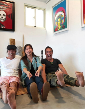 Yosifu (right) and friends are all smiles in the exhibition space at Tribal Queen Art Cafe in eastern Taiwan's Hualien County. (Courtesy of Yosifu)