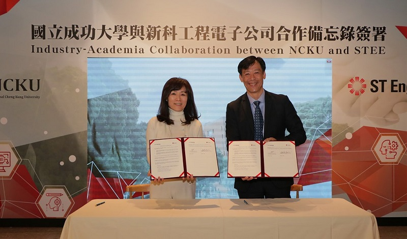 NCKU President Su Huey-jen (left) and STEE Executive Vice President Low Jin Phang display the smart technology development memorandum of understanding March 7 in Tainan City, southern Taiwan. (Courtesy of NCKU)