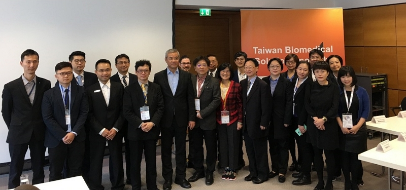 """Ministry of Economic Affairs Industry Bureau integrates Metal Industries Research and Development Centre and Biotechnology and Pharmaceutical Industries Promotion Office to arrange """"MEDICA 2018 Taiwan Medical Materials Conference and Taiwan and Germany Medical Equipment Exchange Conference"""" during the """"MEDICA 2018"""" exhibition, the largest and most indicative medical equipment exhibition in the world.( Fifth from left is Deputy Minister Dar-Bin Shieh)"""