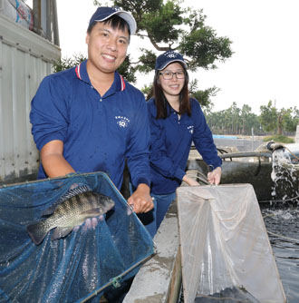 Husband-wife duo Eason Huang, left, and Momo Yan raise tilapia in southern Taiwan's Pingtung County. The couple hopes to expand their business to Southeast Asia. (Photo by Chen Mei-ling)