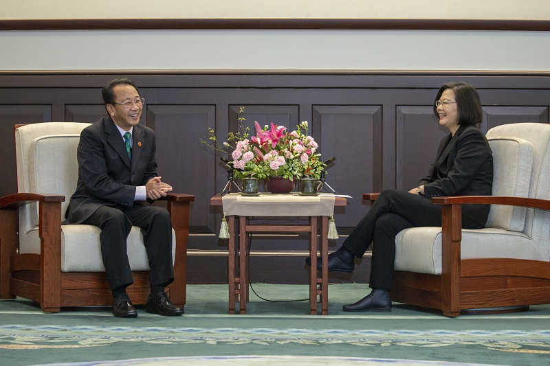 President Tsai Ing-wen (right) shares a lighter moment with MMH Chairman Hu Chih-chiang during a briefing on the hospital's upcoming medical mission to Pacific ally Kiribati at the Presidential Office March 18 in Taipei City. (Courtesy of PO)