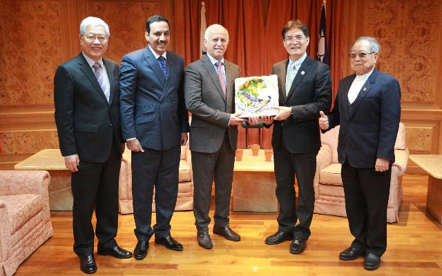 SA Director-General Kao Chin-hsung (second right), CTSA President Steven S. K. Chen (left) and ASC President Sheikh Ali Bin Abdulla Al Khalifa (third left) are all smiles at Sports Administration headquarters March 26 in Taipei City. (Courtesy of SA)