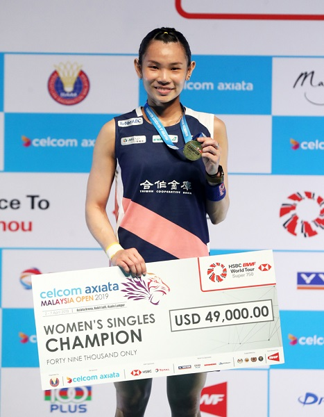 Badminton World No.1 Tai Tzu-ying of Taiwan displays the spoils of victory after winning her third consecutive Malaysia Open women's singles title April 7 in Kuala Lumpur. (Courtesy of MO2019)