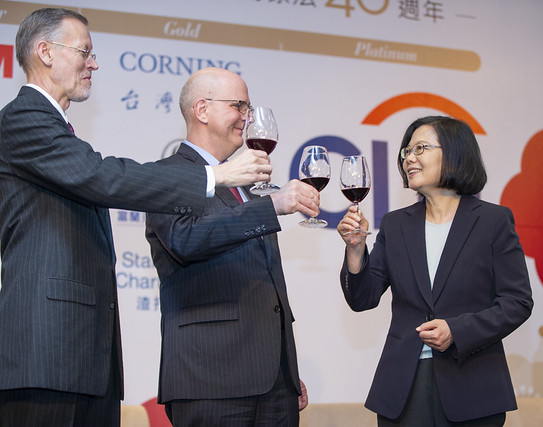 President Tsai Ing-wen (right) toasts the health of Taiwan-U.S. economic relations with DAS David Meale (center) and AIT Director Brent Christensen at the AmCham business banquet April 10 in Taipei City. (Courtesy of PO)