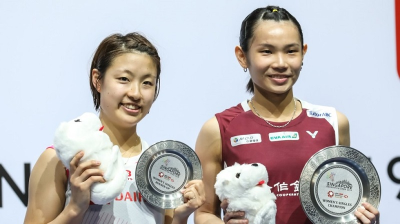 Badminton World No.1 Tai Tzu-ying of Taiwan (right) faces the press after defeating Nozomi Okuhara of Japan (left) 21-19, 21-15 to claim the Singapore Open women's singles April 14 in the city-state. (Courtesy of SO2019)