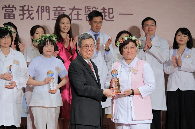 Vice President Chen Chien-jen (front, left) presents the Taiwan Children Healthcare Excellence Award to Cheng Hsueh-fang, deputy head nurse at Tri-Service General Hospital Penghu Branch, April 13 in Taipei City. (Courtesy of Presidential Office)