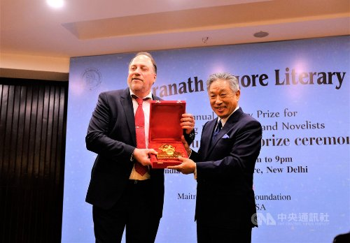TECC Representative Tien Chung-kwang (right) accepts the Social Achievement Prize on behalf of President Tsai Ing-wen and the people of Taiwan from Rabindranath Tagore Literary Prize CEO Peter Bundalo April 23 in New Delhi. (CNA)