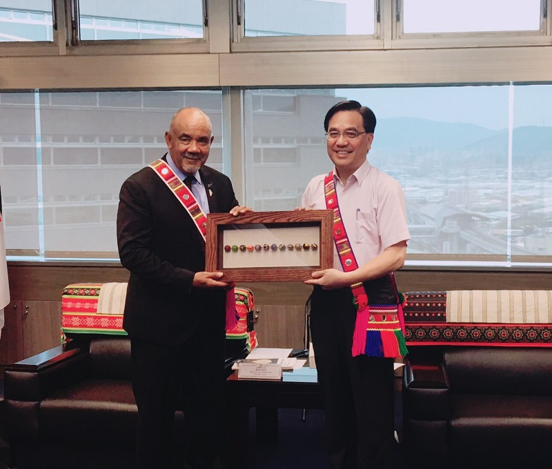 CIP Minister Icyang (right) presents glass beads from Taiwan's indigenous Paiwan tribe to Te Ururoa Flavell, CEO of Maori tertiary institution Te Wananga o Aotearoa, at the CIP April 22 in New Taipei City. (Courtesy of CIP)