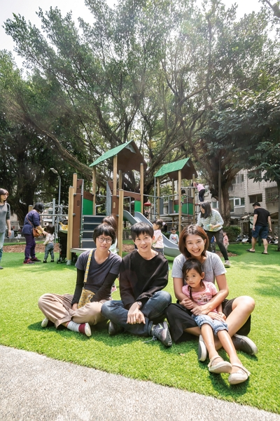 Parks and Playgrounds for Children and by Children's founder Zoe Lin (middle), secretary-general Ariel Zhang (right) and member Tsai Ching-hua (left) are working together to protect their local parks. (photo by Lin Min-hsuan)