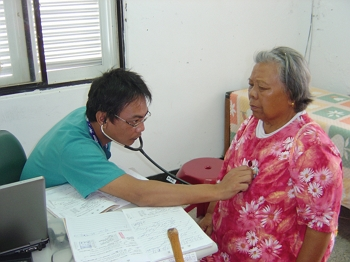 When Hsu Chao-pin returned to medical practice after recovering from his stroke, local residents still showed him the same trust and confidence. (courtesy of the South Link Foundation)