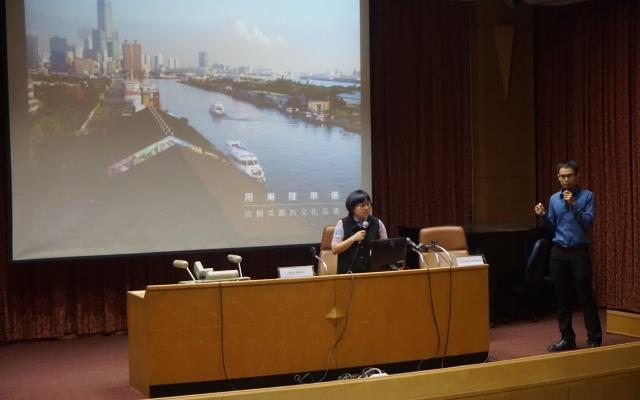A scholar (left) from Taipei City-based Shih Chien University leads a TSP-supported panel discussion at Thailand's Naresuan University in August 2018. (Courtesy of MOE)