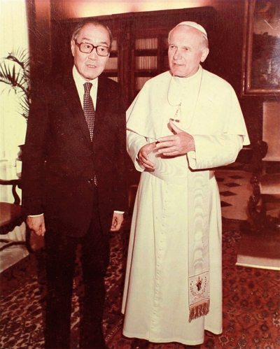 In 1984, Kung Te-cheng held talks with Pope John Paul II. This meeting of giants from East and West was portrayed as a key moment in 20th-century history. (courtesy of Chinese Association of Confucius)