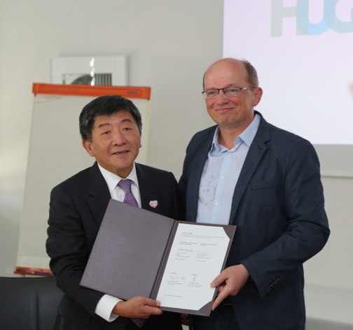 MOHW Minister Chen Shih-chung (left) and Francois Chappuis, chief of the Tropical and Humanitarian Medicine Division at HUG, display the Memorandum of Understanding on Disaster and Emergency Medical Collaboration May 22 in Geneva. (Courtesy of MOHW)