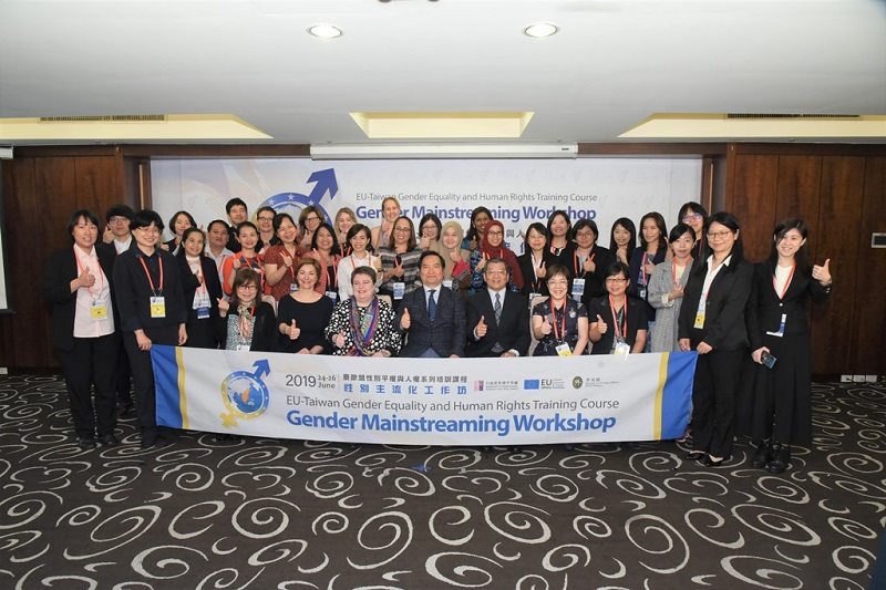 Minister without Portfolio Lo Ping-cheng (center) is joined by MOFA Deputy Minister Kelly Wu-chiao Hsieh (third right) and EETO head Madeleine Majorenko (third left) at the opening of the Taiwan-EU Gender Mainstreaming Workshop June 24 in Taipei City. (Courtesy of GEC)