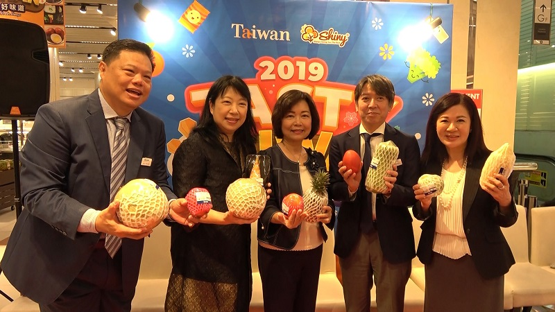 Anne Hung (center), head of Taipei Economic and Cultural Office in Malaysia, is joined by business representatives and officials in displaying homegrown produce at the opening of Tasty Taiwan June 28 in Malaysia. (CNA)
