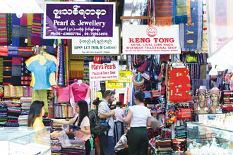 Bogyoke Aung San Market in Yangon offers a broad selection of fabrics, jewelry and souvenirs. (Photo by Chen Mei-ling)