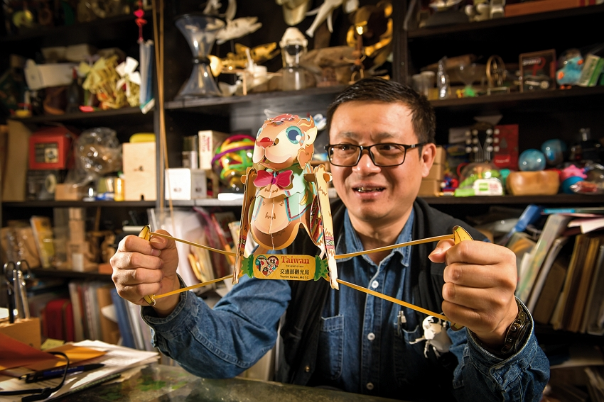 Hung Hsinfu stays in a childlike state of mind, as he wants paper folding to be fun. (photo by Chuang Kung-ju)