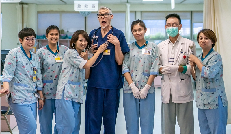 The tall and slender Dr. Kenrick poses for a group photo with his colleagues from Taitung Christian Hospital's emergency room. (photo by Lin Min-hsuan)