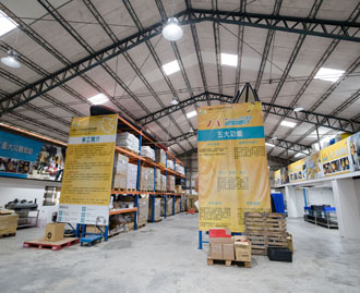 1919 Food Bank's warehouse in central Taiwan's Taichung City stores salvaged foods sourced largely from private enterprises. (Photo by Chin Hung-hao)