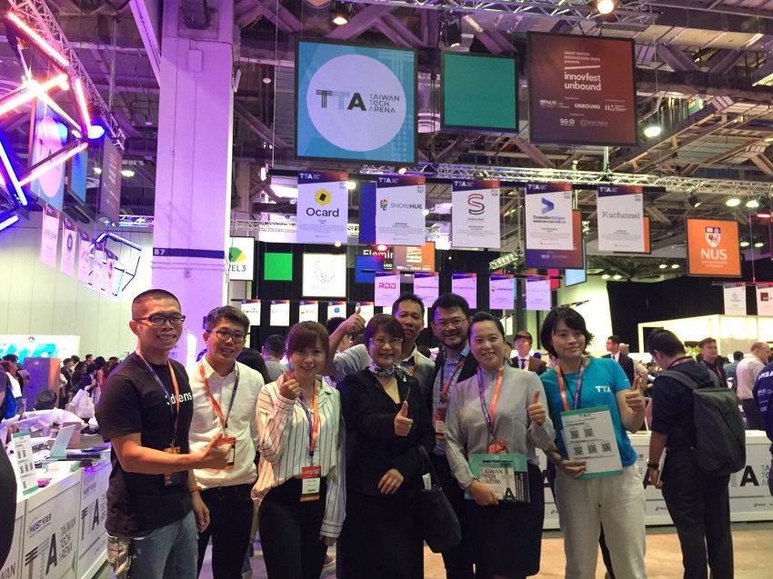 Business representatives and officials give the thumbs-up in the Taiwan pavilion at Innovfest Unbound, which ran June 27-28 in Singapore. (Courtesy of MOST)