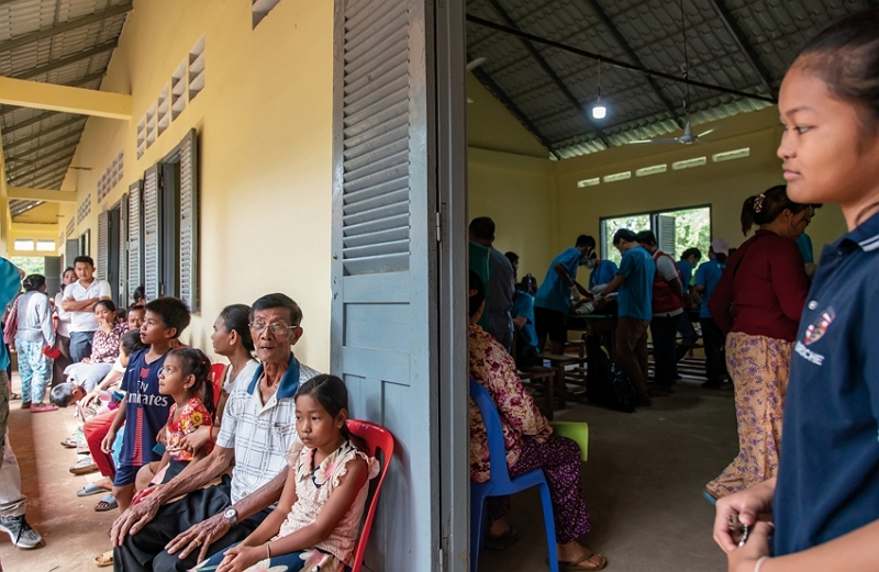 A long line of Cambodian patients come for a free clinic offered by MacKay Memorial Hospital. (photo by Lin Min-hsuan)
