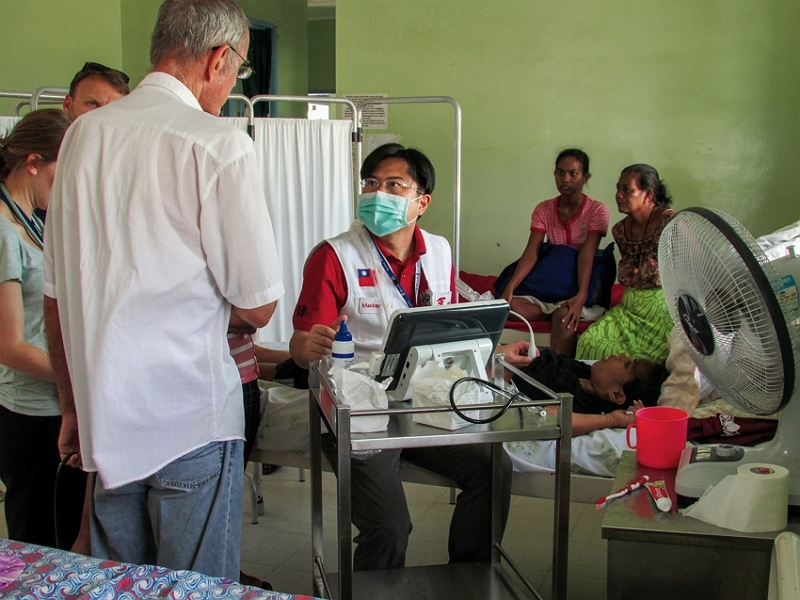 Yu Fa-chang, an attending cardiologist at MacKay Memorial Hospital, offered free clinics in Kiribati and provided clinical training to local doctors. (courtesy of the International Medical Service Center, MMH)
