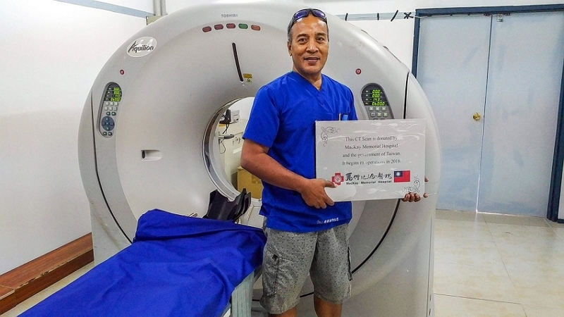 MacKay Memorial Hospital donated a CT scanner to Kiribati. It was the first CT scanner to work properly in the South Pacific, and local medical practitioners have been trained to operate it. (courtesy of the International Medical Service Center, MMH)