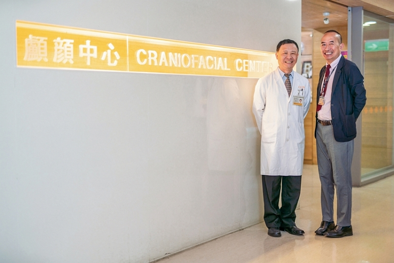 Seed doctor Bona Lotha (right) has learned the latest skills in cleft lip and palate reconstructive surgery from the medical team led by Lo Lun-jou (left), chairman of the Department of Surgery at Chang Gung Memorial Hospital. (photo by Lin Min-hsuan)
