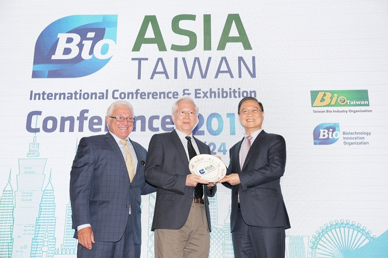 Minister Without Portfolio Wu Tsung-tsong (center) is joined by Taiwan BIO Chairman Johnsee Lee (right) and James Greenwood, president and CEO of U.S.-based Biotechnology Innovation Organization, at the BIO Asia-Taiwan Conference and Exhibition opening ceremony July 24 in Taipei City. (Courtesy of Taiwan BIO)
