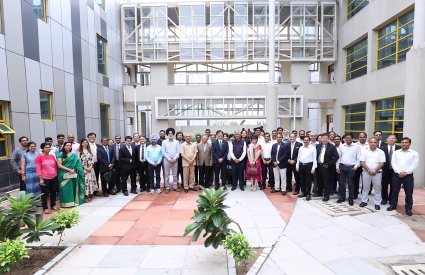 Academics, business representatives and officials are all smiles at the inauguration ceremony of the Indo-Taiwan Joint Research Center on Artificial Intelligence and Machine Learning July 27 in Rupnagar, India. (Courtesy of MOST)