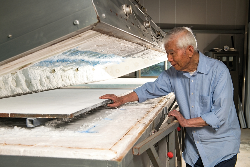 Sun Chao has electric kilns built to his own designs, paying particular attention to uniform temperatures and to inclination angles. (photo by Chuang Kung-ju)