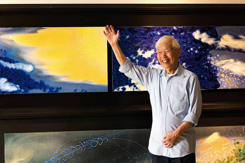 Even in his twilight years, Sun Chao finds pleasure in endless creation of porcelain panel paintings. (photo by Chuang Kung-ju)