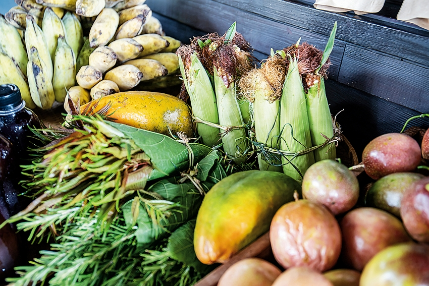 Displaying fruit and vegetables for sale unpackaged highlights the vitality of fresh foods.