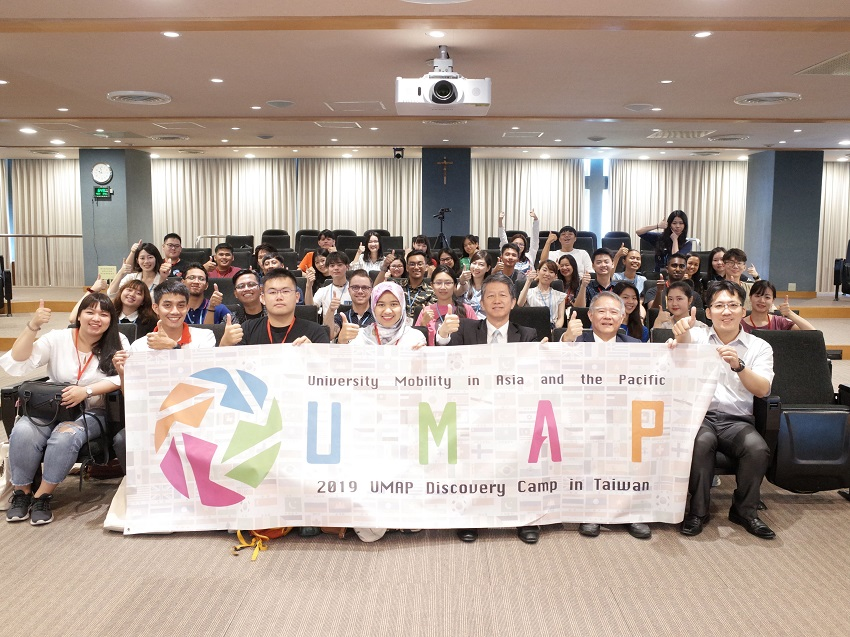 Participating officials and students give the thumbs-up at the opening of the UMAP Discovery Camp Aug. 5 in Taipei City. (Courtesy of MOE)