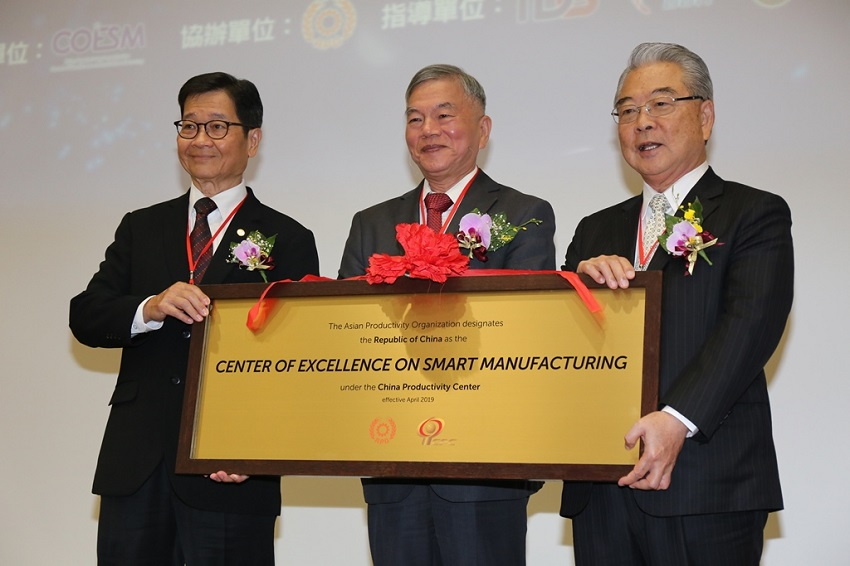 MOEA Minister Shen Rong-jin (center) joins APO Taiwan Director Rock Hsu (right) and APO Secretary-General Santhi Kanoktanaporn in launching the Center of Excellence on Smart Manufacturing Aug. 6 in Taichung City, central Taiwan. (Courtesy of Taichung City Government)
