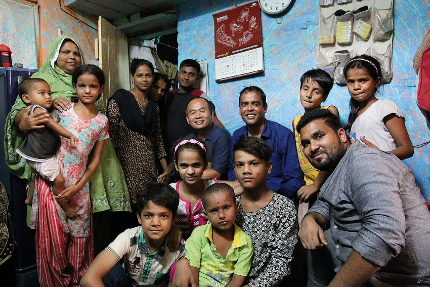 Hsieh Chi-mou, who also heads up the Chinese Rock Leadership Association, has long been active in helping Indians living in slums and impoverished children in Nepal and Thailand's Golden Triangle. Here, Hsieh poses with residents of a poor Indian neighborhood. (courtesy of Hsieh Chi-mou)