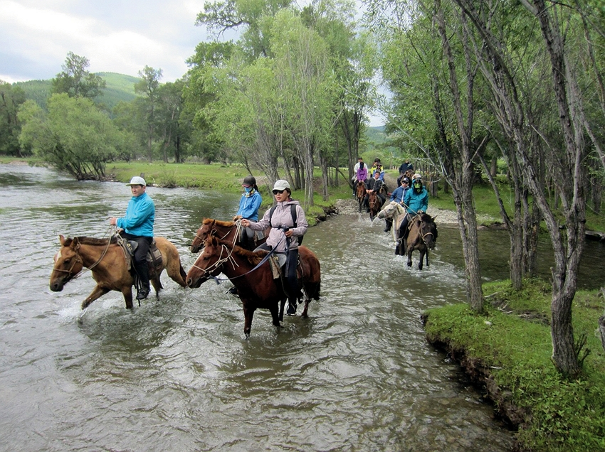 Hsieh Chi-mou took students horseback riding in Mongolia, cultivating their leadership and decision-making skills through outdoor activities. (courtesy of Hsieh Chi-mou)