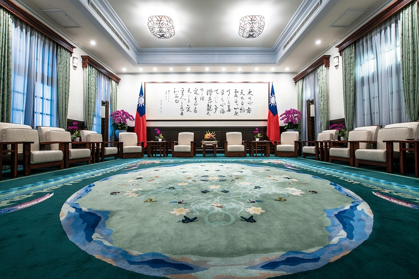 "Taiwanese aesthetics inform the Presidential Office Building's reception rooms. The ""Taiwan Green Hall,"" shown here, features a work by a master calligrapher and a carpet decorated with images of Taiwanese flora and fauna. (photo by Chuang Kung-ju)"