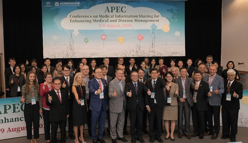 Health experts and officials give the thumbs-up during the APEC medical information sharing conference Aug. 8 in Taipei City. (Courtesy of MOHW)