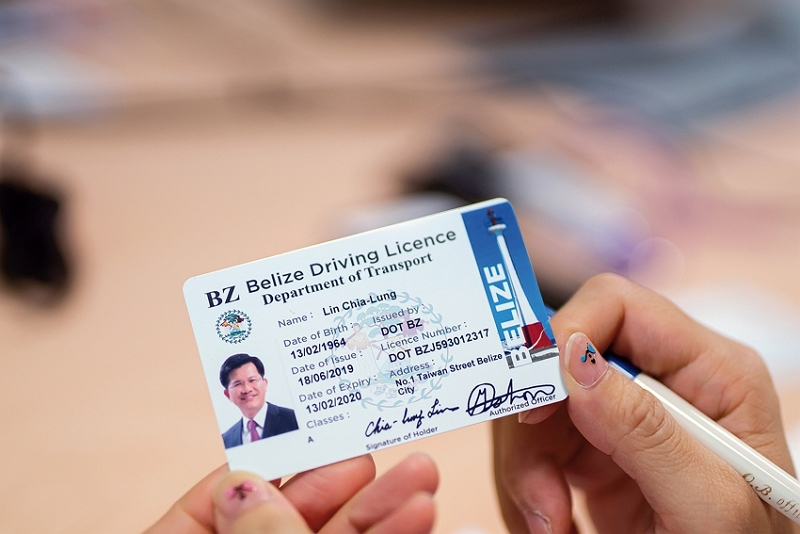 Hyweb Technology introduced Taiwan's outstanding ID printing systems and equipment to Belize to help resolve problems stemming from fake driver's licenses. The photo shows a Belize driver's license printed for Lin Chia-lung, Taiwan's minister of transportation and communications, at a ceremony celebrating 30 years of friendly relations with Belize. (photo by Lin Min-hsuan)