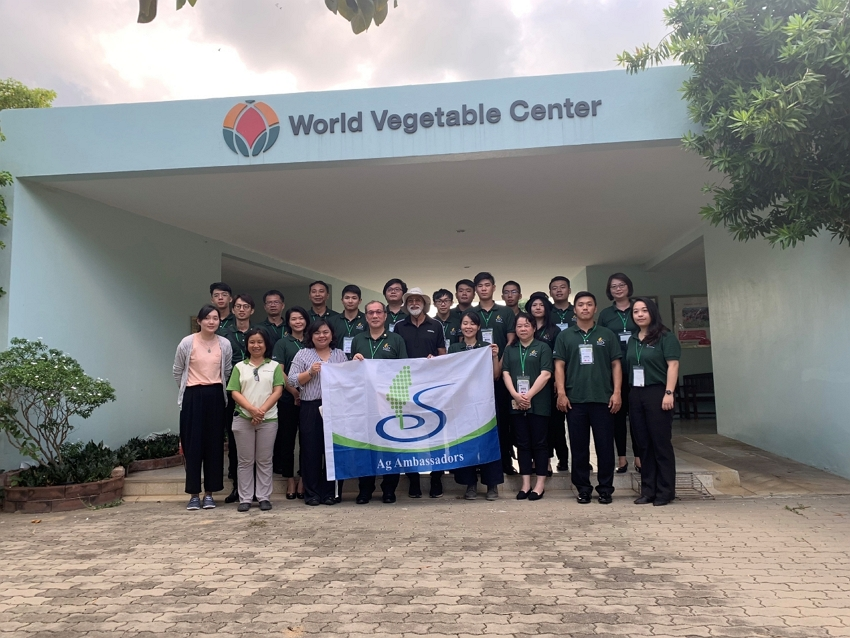 世界蔬菜中心(World Vegetable Center)前合照