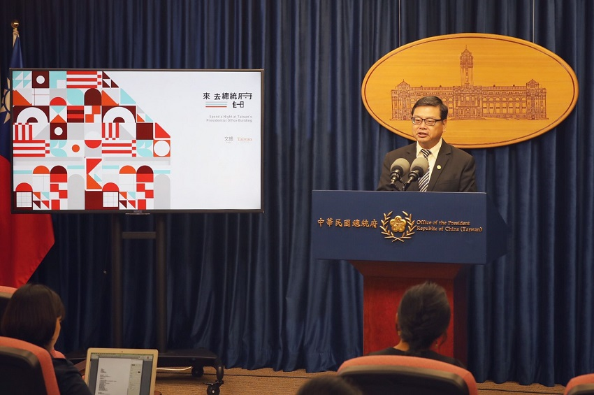 Tourism Bureau Deputy Director-General Chang Shi-chung promotes the trailblazing Presidential Office sleepover promotion Aug. 12 in Taipei City. (Courtesy of PO)