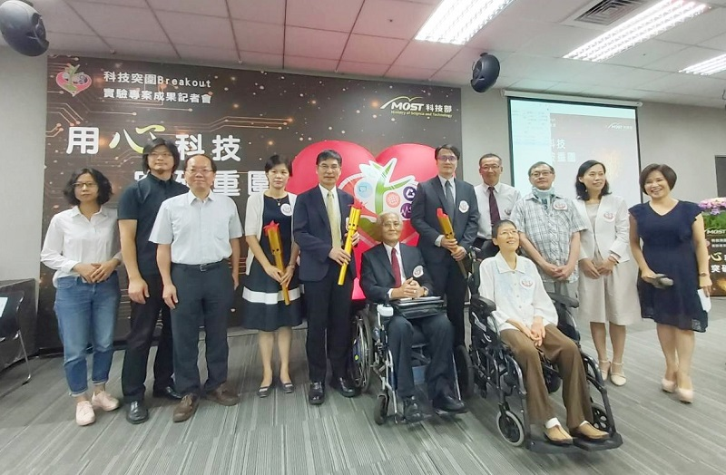 MOST Minister Chen Liang-gee (fifth left) is joined by experts, officials and ALS patients at a ceremony unveiling two new assistive devices Aug. 16 in Taipei City. (Courtesy of MOST)