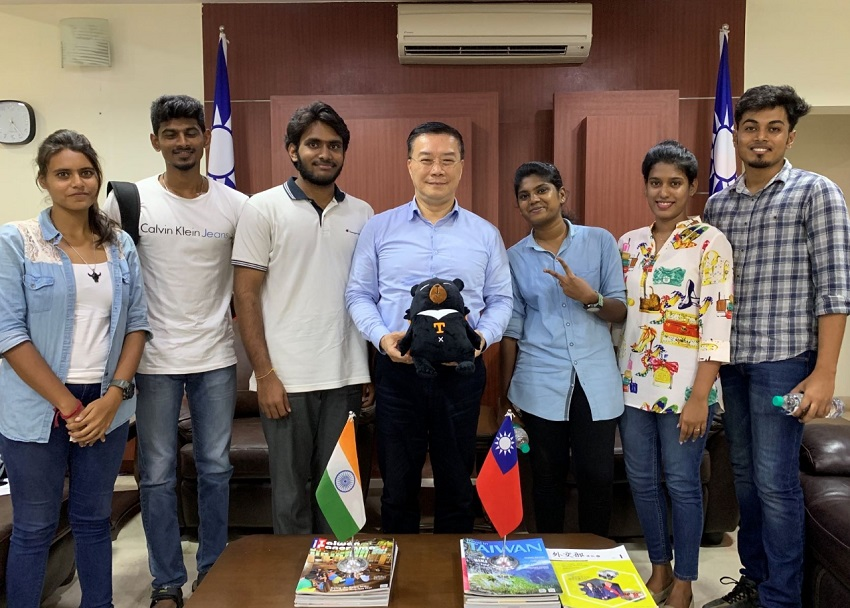 Director- General Charles Li (center) of TECC in Chennai welcomed Miss Parameshwari (3rd right) from University of Madras to National Changhua University of Education, Mr. Kevin Joseph Dilip (1st right) and Miss Susan Manuel (2nd right) from Coimbatore going to National Dong Hwa University, Mr. Sudbarshan Velraja (2ns left) and Miss Triporna Ray (1st left) from SRM University going to National Formosa University of Science and Technology, and Mr. Vamsi Reddy (3rd left) from Vel Tech going to National Yunlin University of Science and Technology.