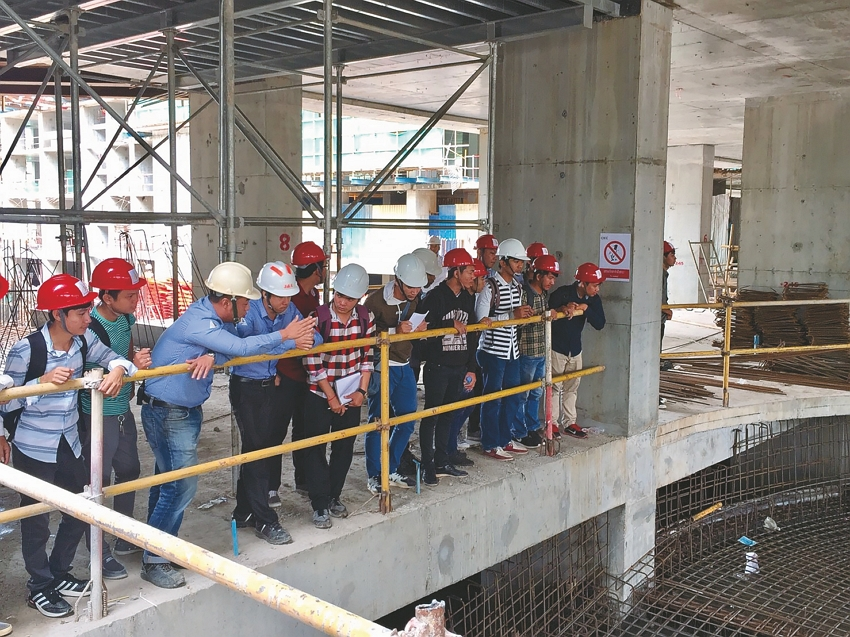 Cambodian university students are given a tour of the Sky Tree construction site. (Photo courtesy of Wu Ching-liang)