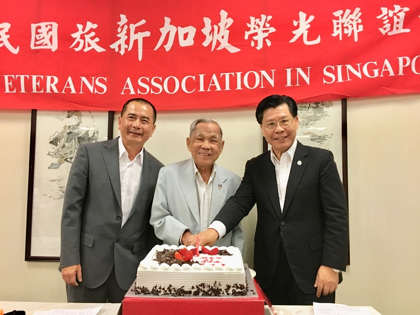 Representative Liang (right) with Mr. Jacob Su, chairman of the  R.O.C. Veterans Association in Singapore, and Mr He Yongdao (central) cutting the cake at the Veterans' Day celebration.