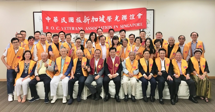 Group photo of Representative Francis Liang (front row, sixth from left) and members of the R.O.C. Veterans Association in Singapore.