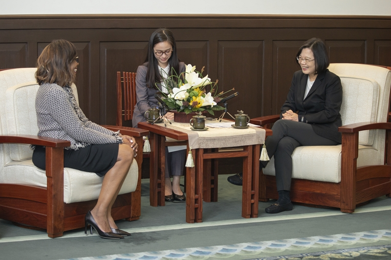 President Tsai Ing-wen (right) discusses Taiwan's global health contributions with AMA President Dr. Patrice Harris at the Presidential Office Nov. 8 in Taipei City. (Courtesy of PO)